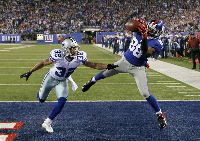 New York Giants wide receiver Hakeem Nicks (88) catches a fourth quarter touchdown pass against Dallas Cowboys cornerback Orlando Scandrick (32) during their NFL football game in East Rutherford, New Jersey, January 1, 2012. REUTERS/Gary Hershorn (UNITED STATES - Tags: SPORT FOOTBALL TPX IMAGES OF THE DAY)